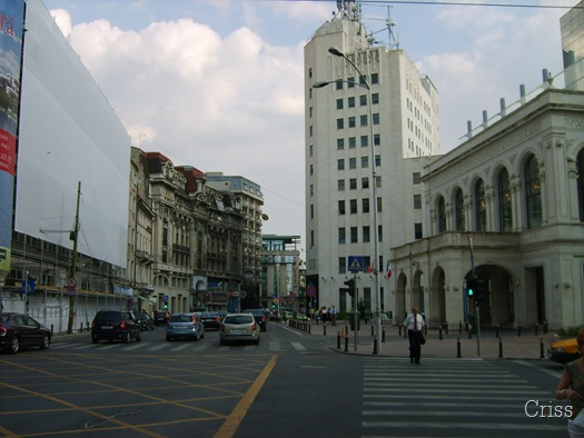 """Vechea Cale a Victoriei se """"strecoară"""" printre noile clădiri impozante."""