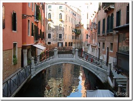 Orașul pe apă cu canale și poduri.