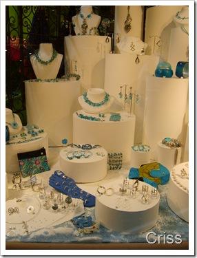 Bijuterii cu cristale și turcoaze.