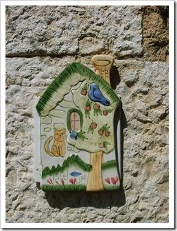 Plăcuțe de ceramică  pictate aflate la porțile caselor.