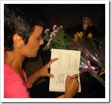 Carmen Mușat Coman dând autografe la lansarea cărții. Librăria Cărturești.