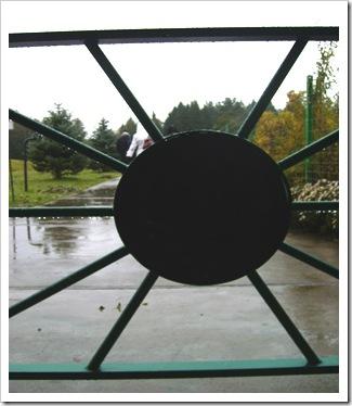 Poarta masivă de la intrare ( sau ieșire).