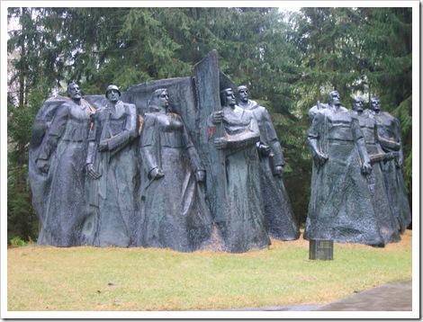 """Grup statuar de dimensiuni gigantice, de genul: """"Porniți înainte,tovarăși! """""""