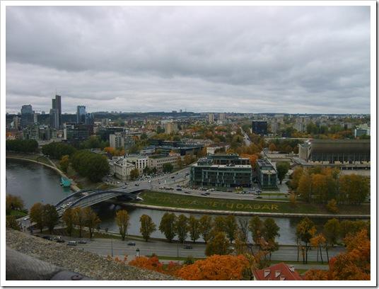 Vedere panoramică asupra orașului Vilnius și asupra râului Neris.
