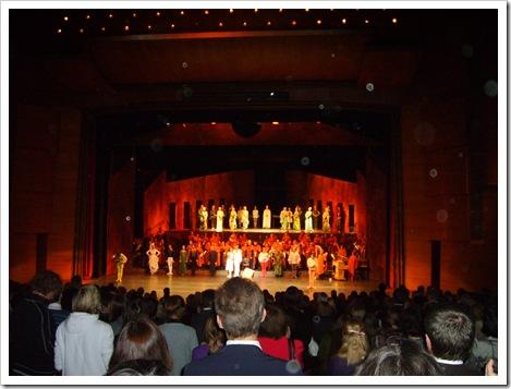 """Spectacol de balet: """"Romeo și Julieta""""  de Prokofiev. Montare spectaculoasă în care orchestra este așezată la mijlocul scenei."""