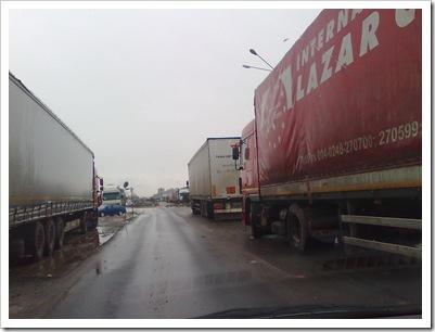 TIR-urile au parcat și pe stânga și pe dreapta drumului cu sens unic. 28 decembrie 2009
