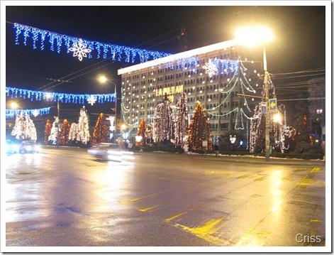 Centrul orașului scăldat în lumini de sărbătoare